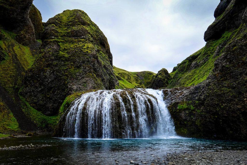 Ein mit Moos bewachsener Wasserfall